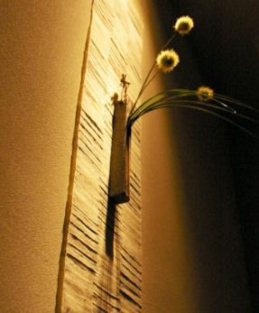 お店の壁にかかっている花